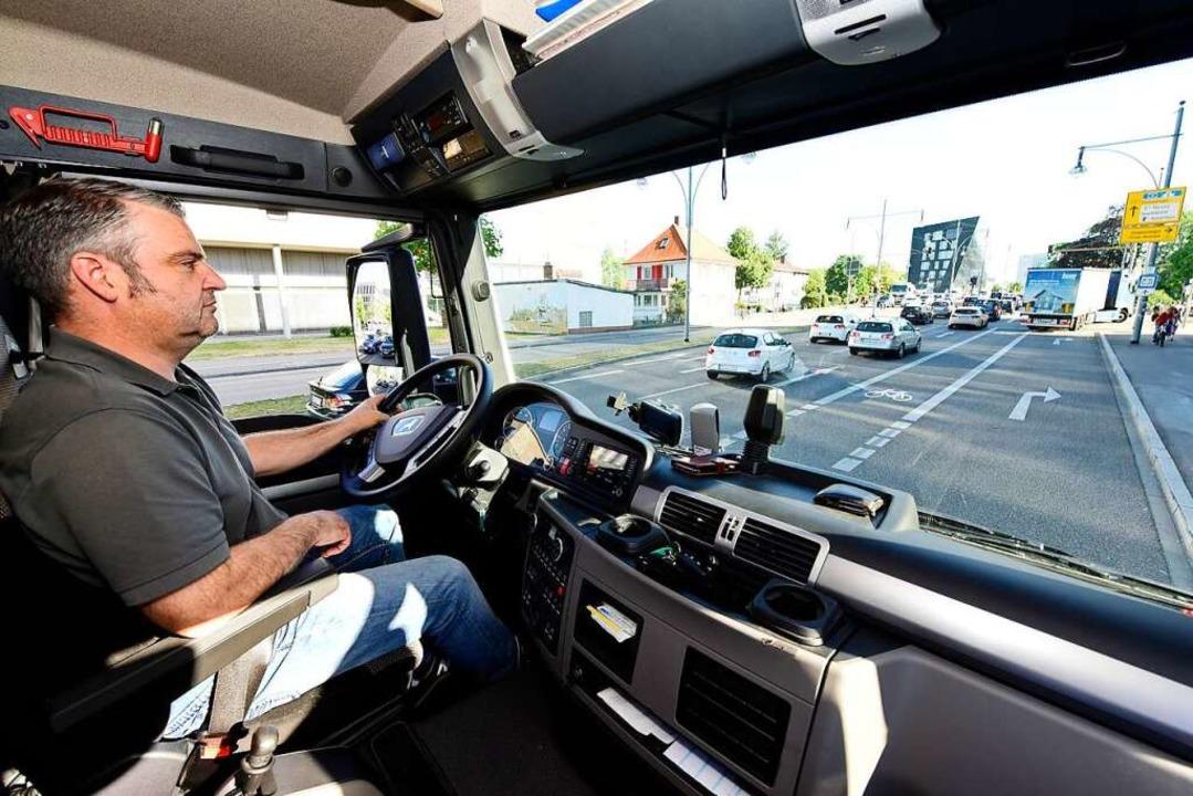 Lkw-Fahrer Gerhard Rombach von der Fir...chärfen, um den Überblick zu behalten.    Foto: Thomas Kunz