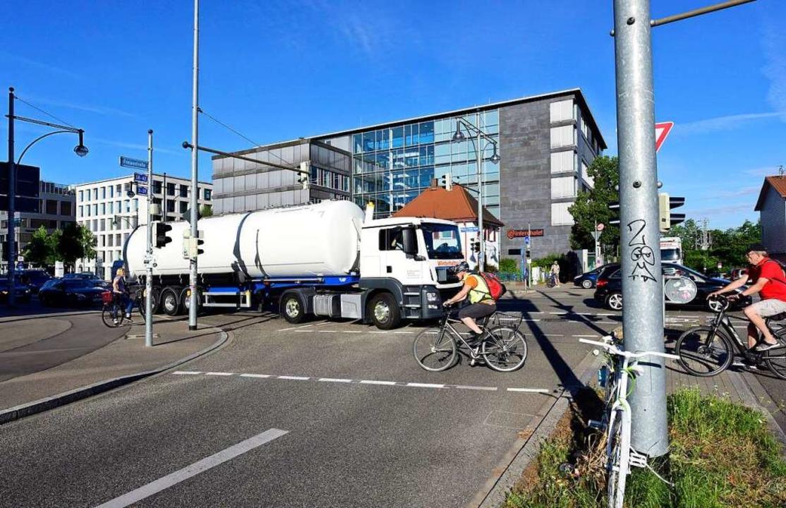 An der Auffahrt zur B31 dürfen Radfahr... kommend die Ampelkreuzung überqueren.    Foto: Thomas Kunz