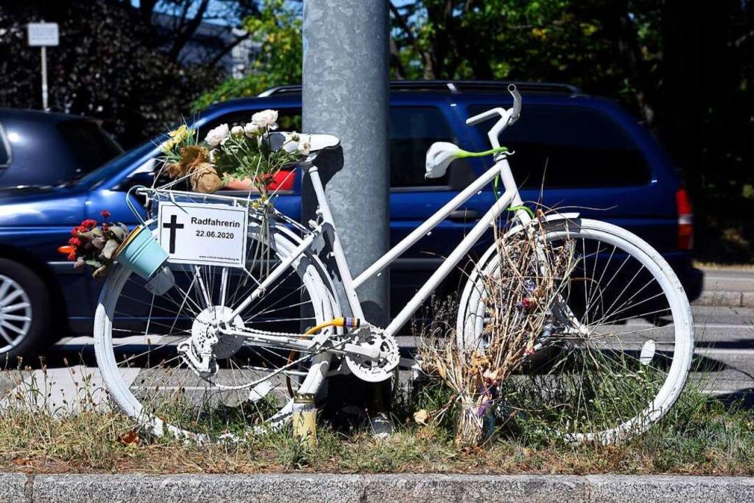 Ein Geisterrad erinnert an der B 31-Au...nem Lastwagen erfasst wurde und starb.    Foto: Thomas Kunz
