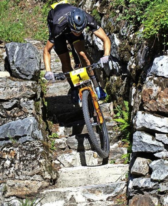 Bike Giro Schwarzwald: im freien Fall über eine Steintreppe     Foto: Wolfgang Scheu