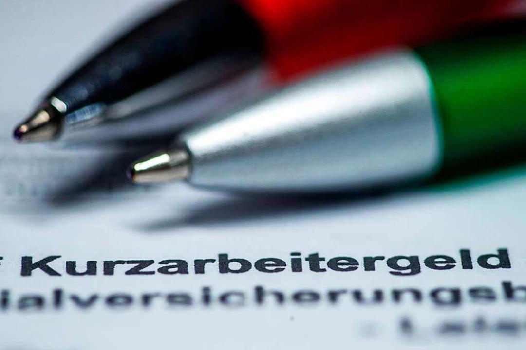 Hilfreich ist das Kurzarbeitergeld, mitunter aber auch steuerlich vertrackt.  | Foto: Jens Büttner (dpa)