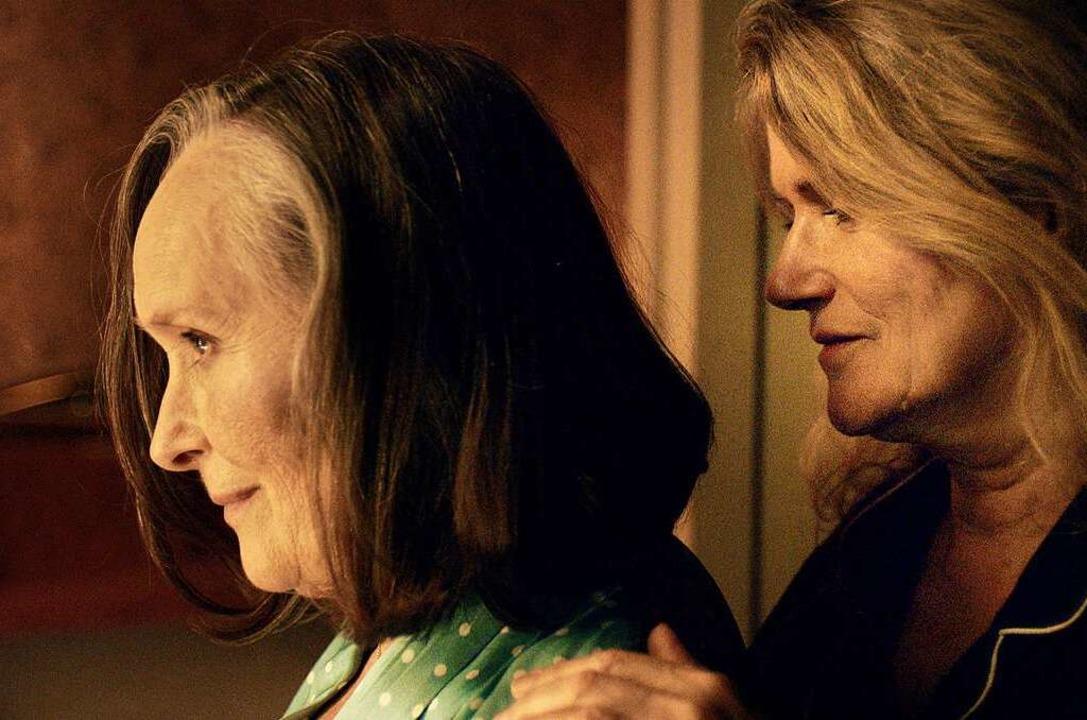 Madeleine (Martine Chevallier, links) und Nina (Barbara Sukowa) als Liebespaar  | Foto: - (dpa)