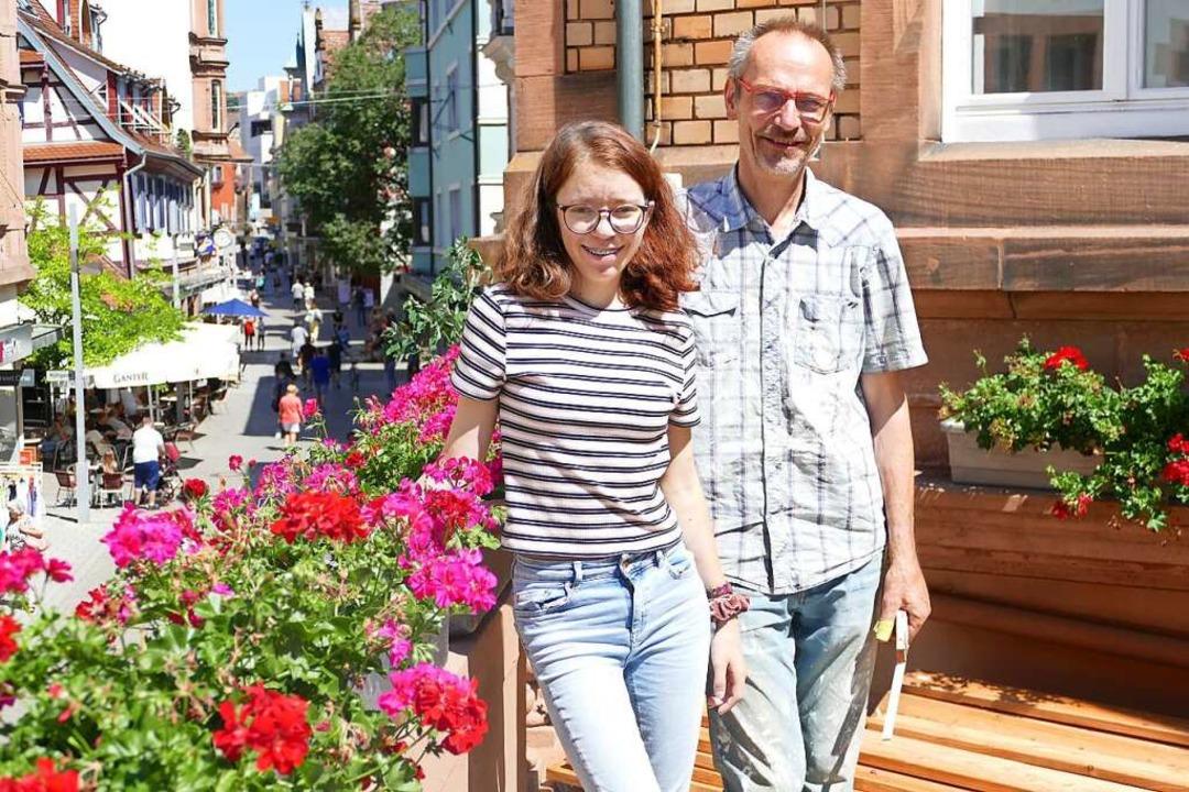 Martin Schwab und Mitarbeiterin Luisa ...i auf der Terrasse, die umgebaut wird.    Foto: Mark Alexander