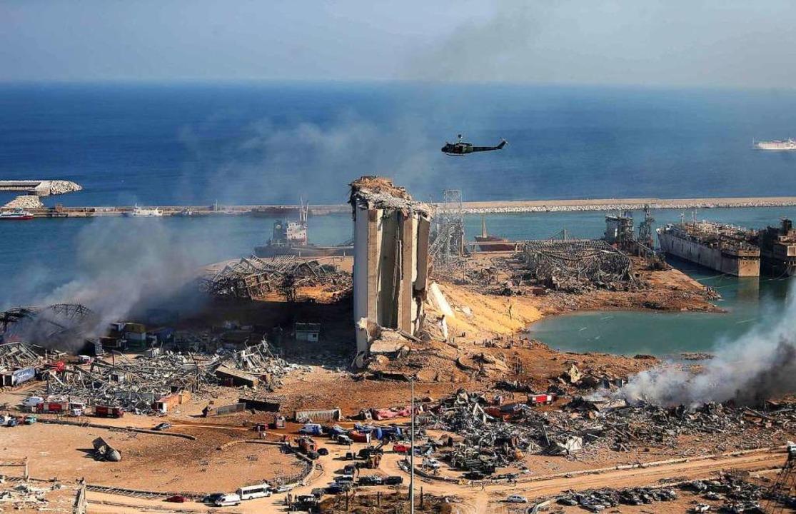 Blick auf den Hafen von Beirut am Mittwoch, dem Tag nach der Katastrophe  | Foto: STR (AFP)