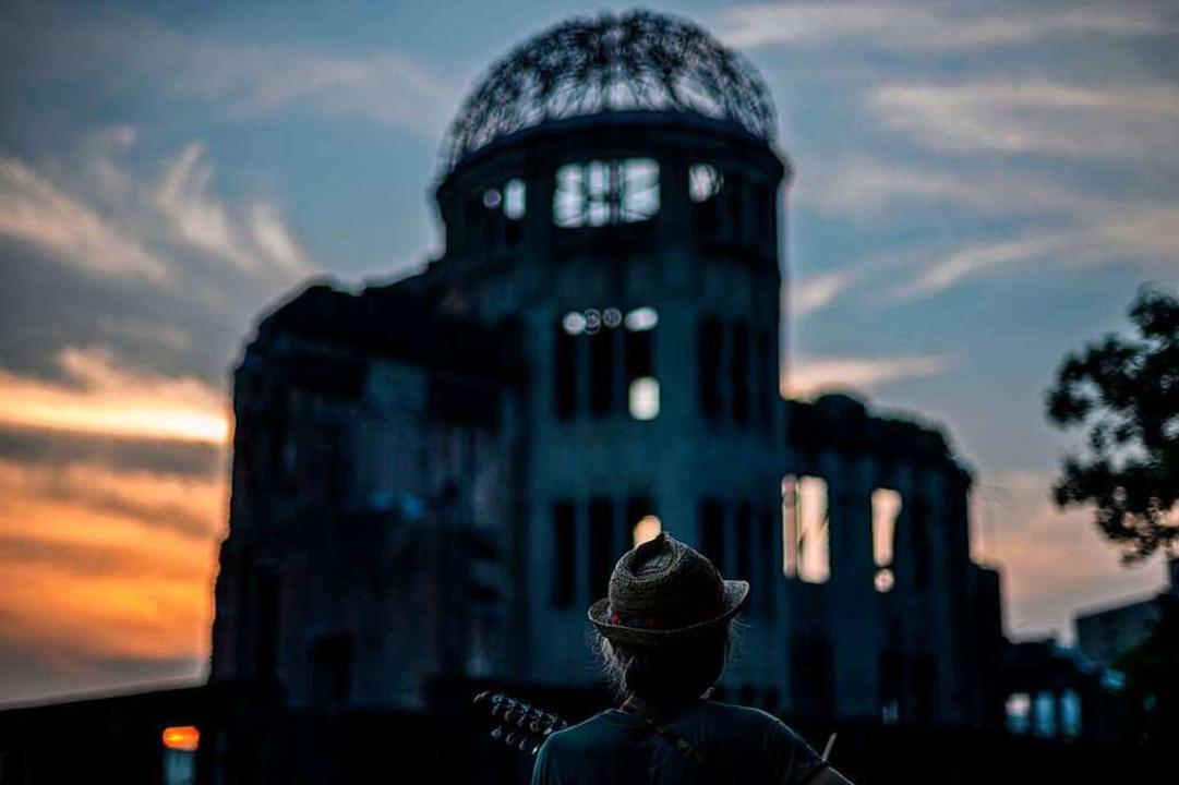 Das Gerippe der früheren Industrie- un...r die Zerstörungskraft von Atombomben.  | Foto: PHILIP FONG (AFP)