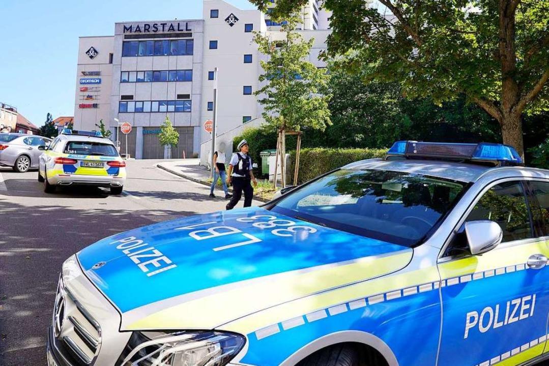 Einsatzfahrzeuge der Polizei stehen vor einem Einkaufszentrum.  | Foto: Andreas Rosar (dpa)