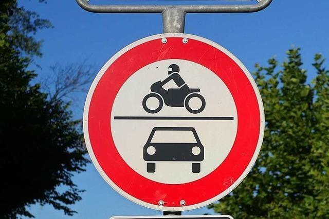 Nach Straßensperrung sind Autos im Hexental auf verbotenen Wegen unterwegs