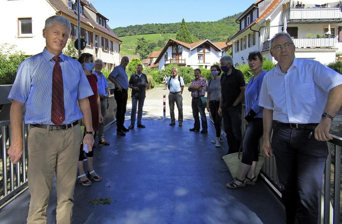 Bürgermeister Michael Benitz (links) u... wieder freigegebenen, neuen Jägersteg    Foto: Stadt Staufen