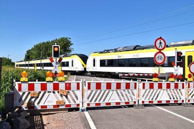 Radler und Fußgänger dürfen Bahnübergang Glänzerweg in Ihringen passieren