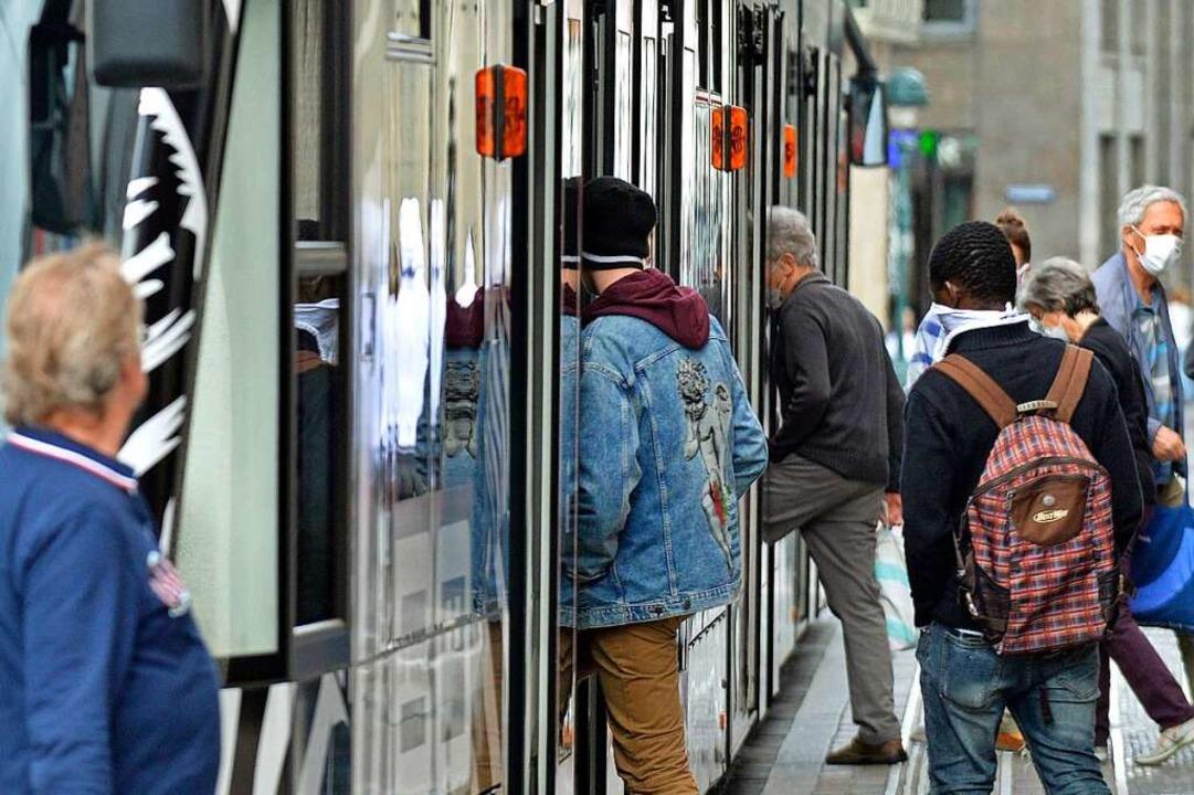 Straßenbahnen dürfen nur mit Maske betreten werden.  | Foto: Michael Bamberger