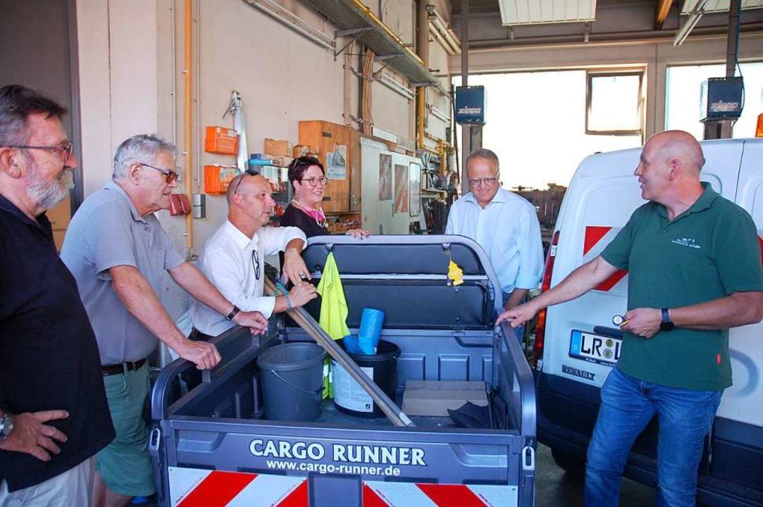 BGL-Betriebsleiter Herbert Schneider (...bandes den neuen Dreirad-Cargo Runner.  | Foto: Wolfgang Beck