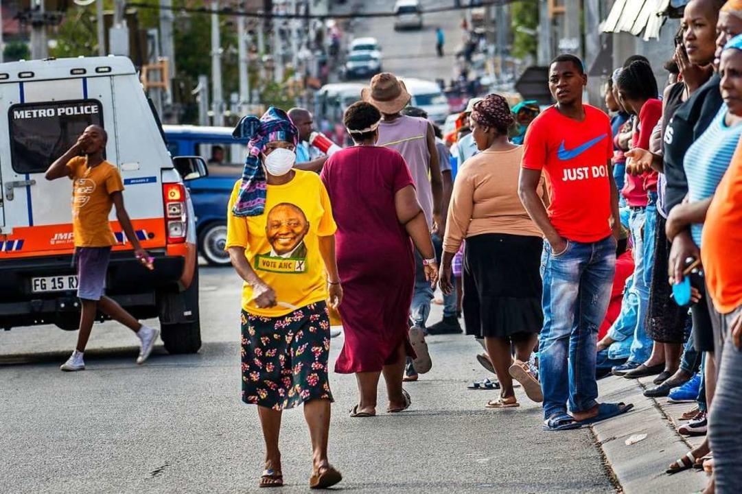 Auch in Südafrika wird Mundschutz getragen – allerdings nicht von allen.    Foto: Jerome Delay (dpa)