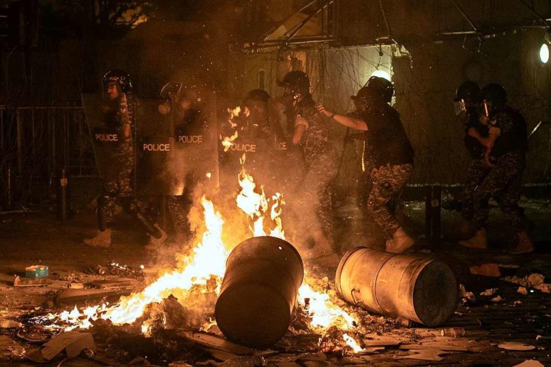 Regierungskritische Demonstranten mach...em Unmut in der Nacht zum Freitag Luft  | Foto: Hassan Ammar (dpa)