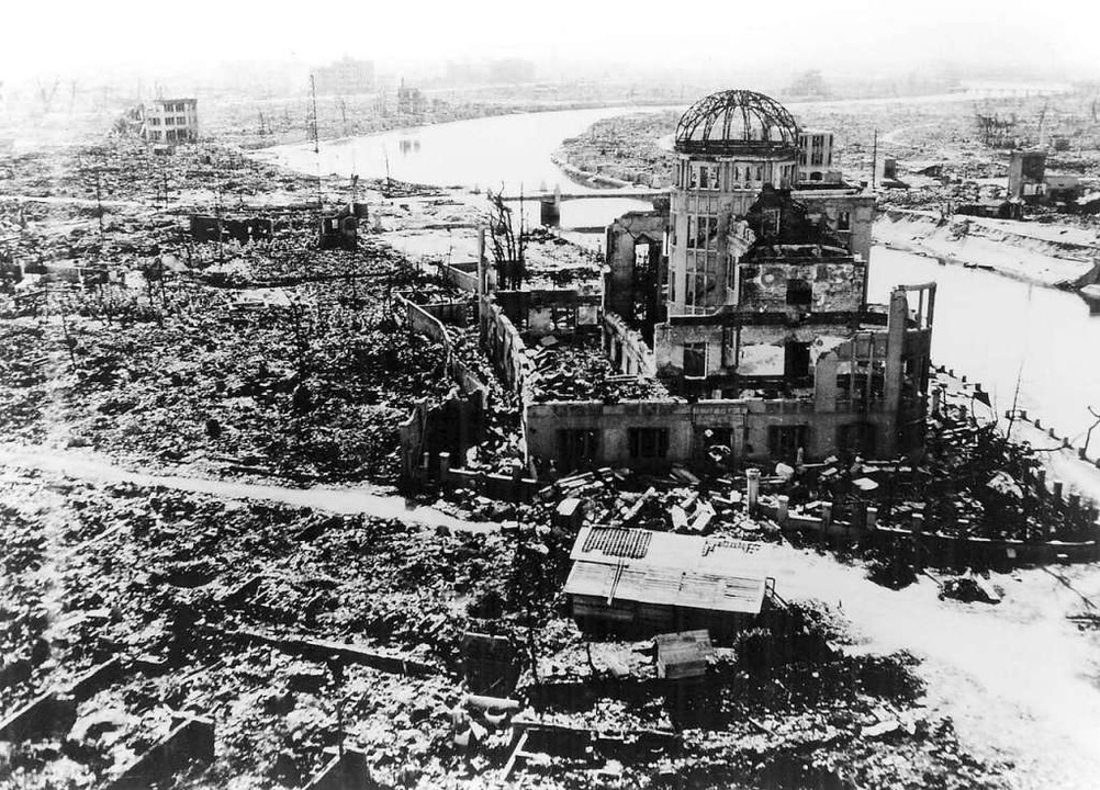 Ein Blick auf die zerstörte Stadt Hiro...nach dem Atombombenabwurf im Jahr 1945  | Foto: epa (dpa)