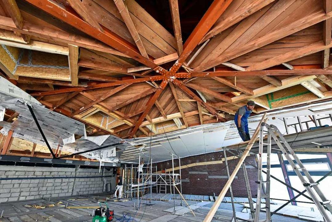 Die Decke im großen Saal aus Holz- und...n und mit neuen Entrauchungsöffnungen     Foto: Michael Bamberger