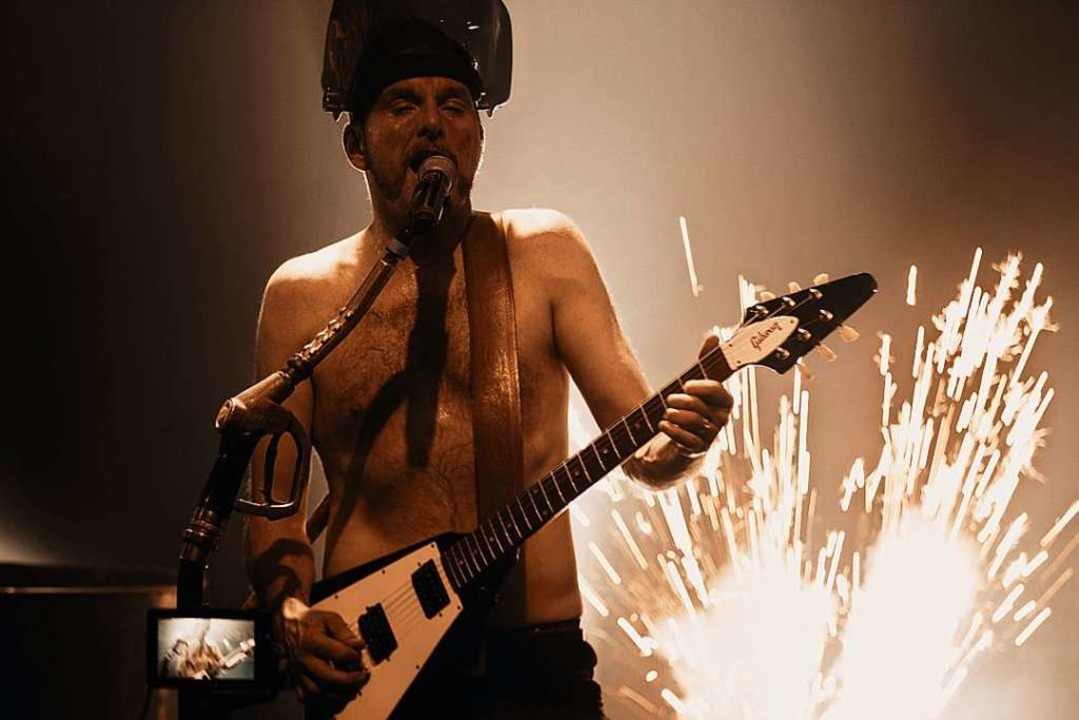 Feuer und Flamme: Gert Endres beim Auftritt in der Lahrer Rockwerkstatt  | Foto: Punchline Studio