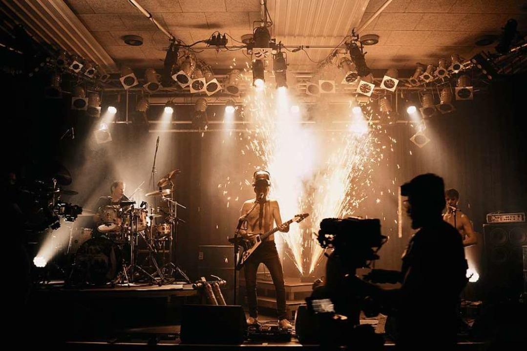 Die Funken sprühen während der Filmaufnahmen.  | Foto: Punchline Studio