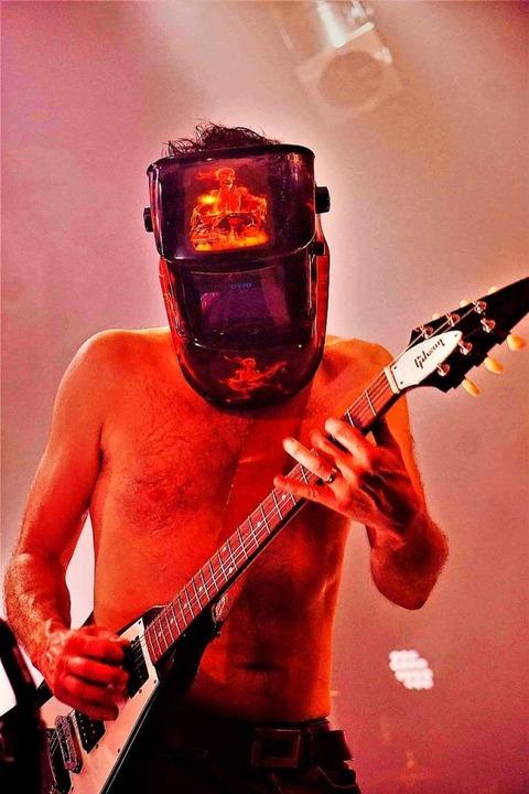 Feuer und Flamme: Gert Endres mit Schw...m Auftritt in der Lahrer Rockwerkstatt  | Foto: Punchline Studio
