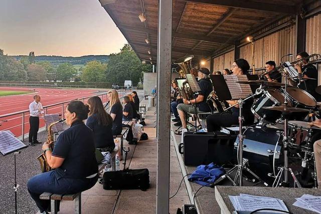Der Musikverein Brombach spielt, die Zuhörer picknicken