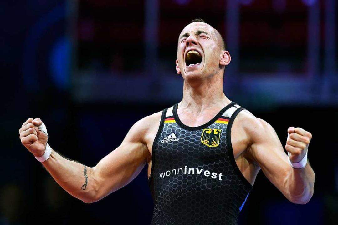 Frank Stäbler nach seinem dritten WM-Titel 2018 in Budapest    Foto: Szilard Koszticsak (dpa)