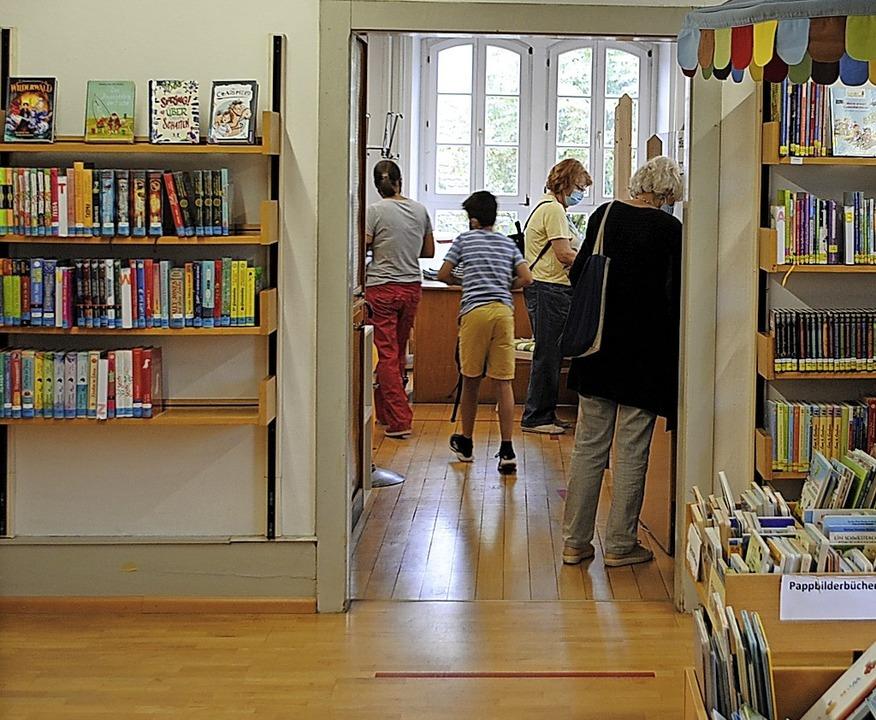 Die Stadtbücherei Waldshut hat aktuell rund 2100 aktive Mitglieder.  | Foto:  Schlichter, Juliane