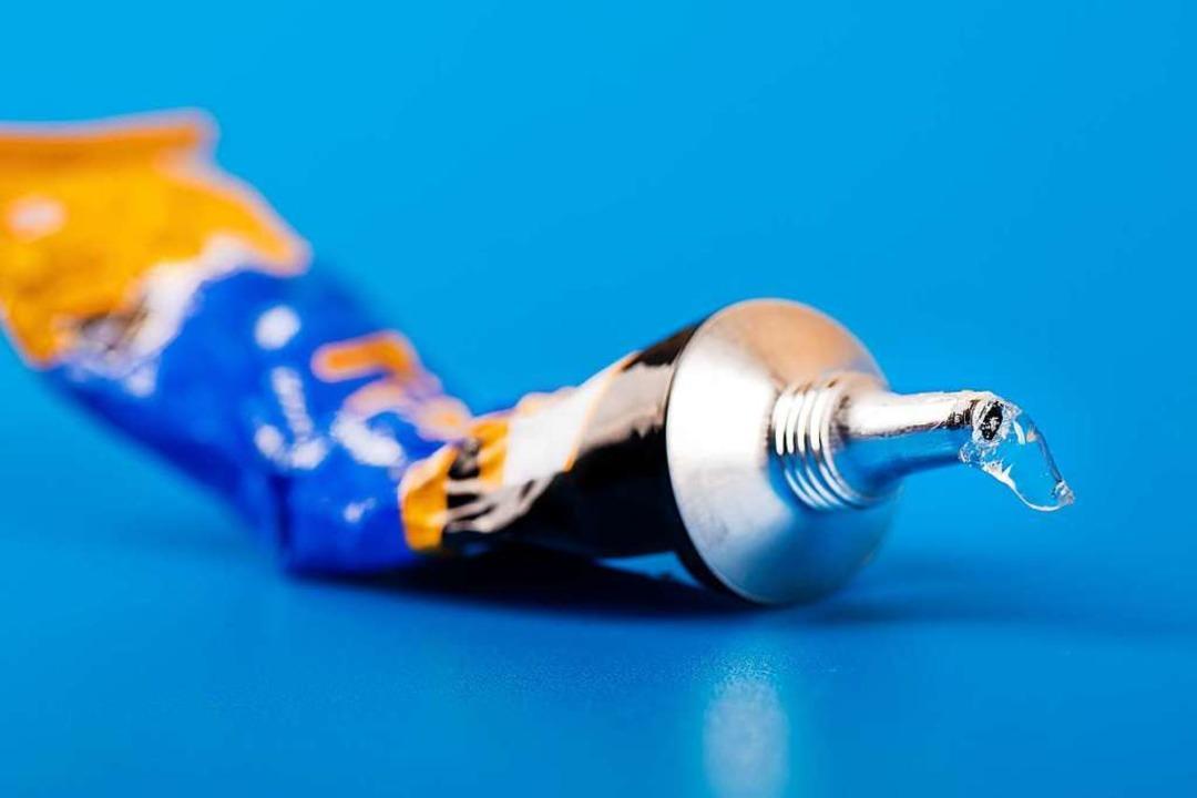 """Bei der """"Super Glue Challenge&#8...e zusammen oder an Gegenstände kleben.    Foto: ronstik (stock.adobe.com)"""