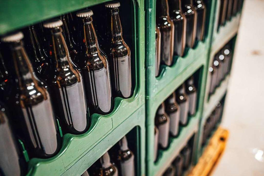 Insgesamt 60 Kästen Bier verschiedener Marken klauten die Diebe (Symbolbild)  | Foto: Aleksmfoto (Adobe Stock)