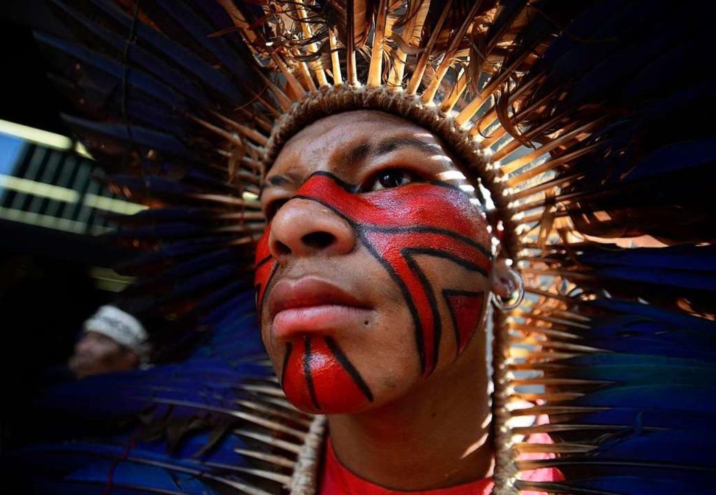 Eine junger Mann der Ethnie Guaraní ni...chkeit eher ein untergeordnetes Thema.  | Foto: Cris Faga