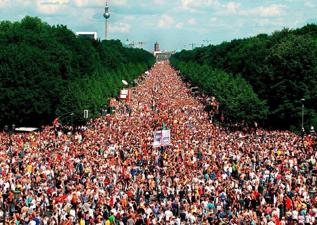 Bei der Love-Parade am 13. Juli 1997 f...Juni bis zum Platz um die Siegessäule.  | Foto: dpa