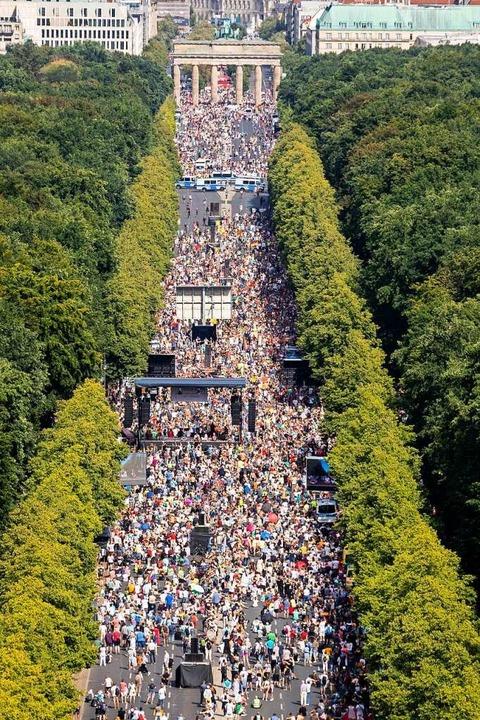 Die Corona-Demonstration am 1. August ...ück der Straße des 17. Juni in Berlin.  | Foto: Christoph Soeder