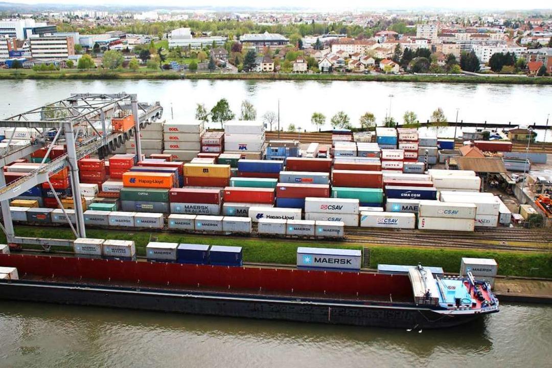 Derzeit erfolgt der Containerumschlag ...schen dem Rhein und dem Hafenbecken 1.    Foto: Rolf Reißmann