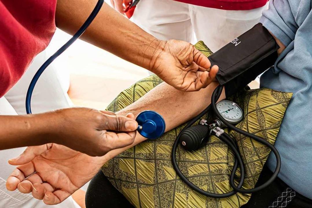 Blutdruckmessen gehört zu den Aufgaben...gekräfte der Sozialstation übernehmen.  | Foto: Hubert Gemmert