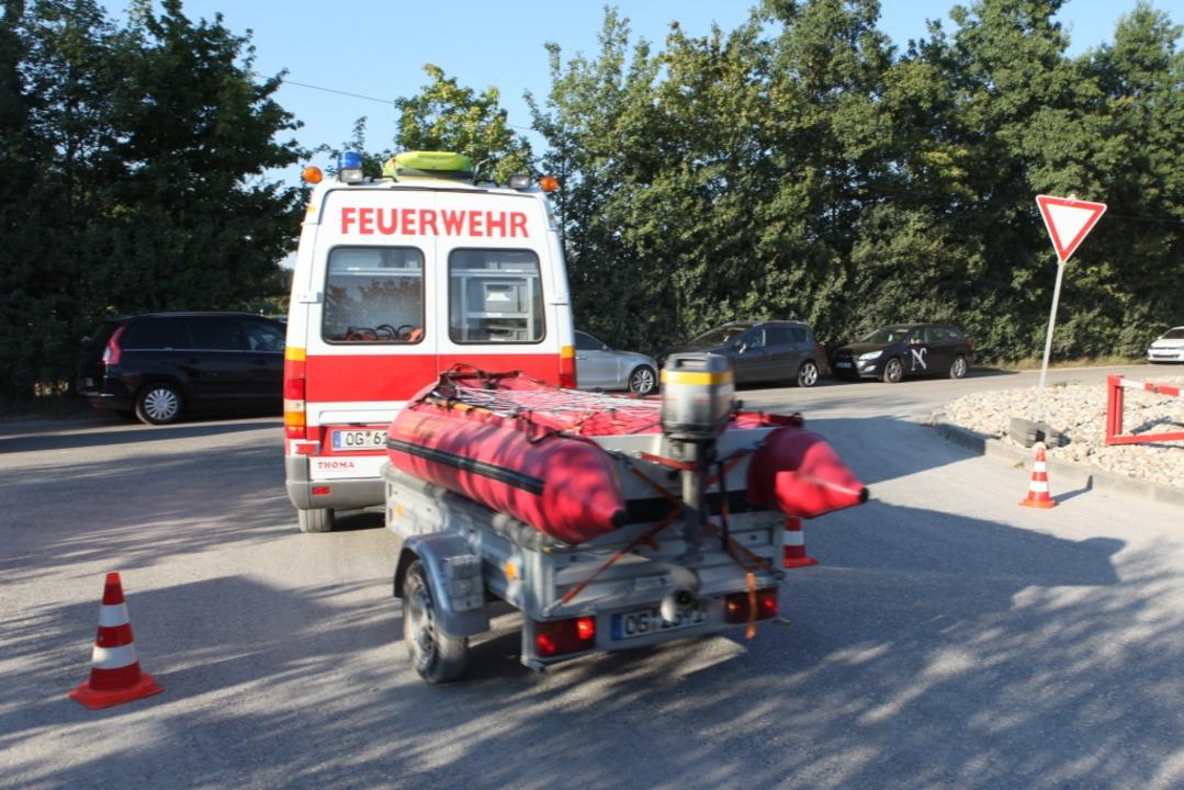 Auch Einsatzkräfte der Wasserwacht waren mit Boot und Tauchern im Einsatz.  | Foto: Bastian Bernhardt