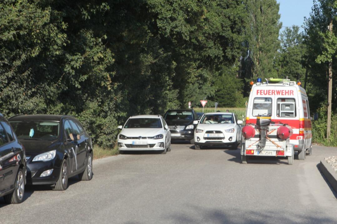 Noch beim Abrücken der Einsatzkräfte w...r Seite) die Rettungswege blockierten.  | Foto: Bastian Bernhardt
