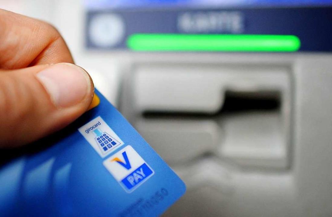 Es kann sich von Bank zu Bank unterscheiden, ob das Geldabheben Gebühren kostet.    Foto: Angelika Warmuth