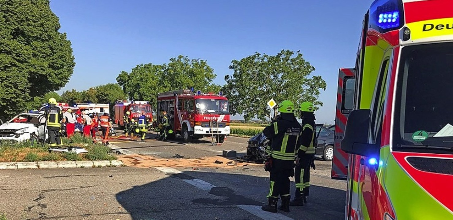 Großeinsatz bei einem Unfall auf der Kreisstraße 4946.    Foto: Feuerwehr Neuenburg am Rhein