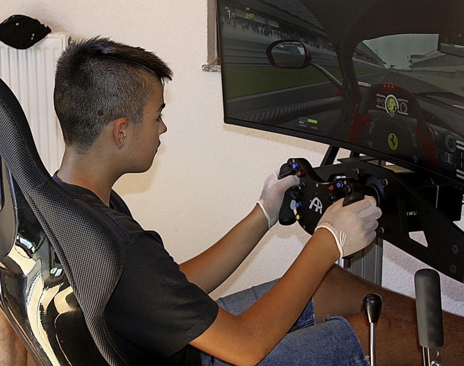 Am Simulator ging es am Bildschirm mit...Boliden virtuell auf eine Rennstrecke.    Foto: Christiane Franz