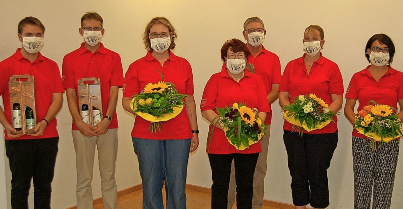 Blumen und Wein erhielten die bisherigen AC-Vorstandsmitglieder.    Foto: Christian Ringwald