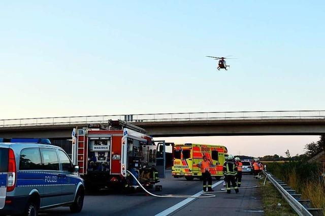 Säugling stirbt bei Unfall auf A5, Eltern und Geschwister schwer verletzt