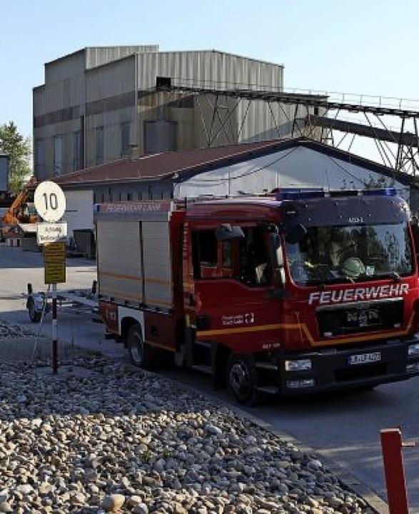 Einsatzkräfte der Feuerwehr sperrten d...n dessen Bereich das Unglück geschah.     Foto: Bastian Bernhardt