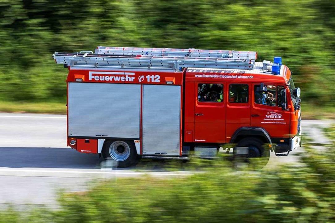 Insgesamt 26 Feuerwehrleute waren bei dem Brand im Einsatz. (Symbolbild)  | Foto: Jens Büttner (dpa)
