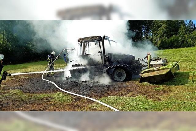 Heiße Sache in der Hitze: Brennender Traktor in Waldrandnähe