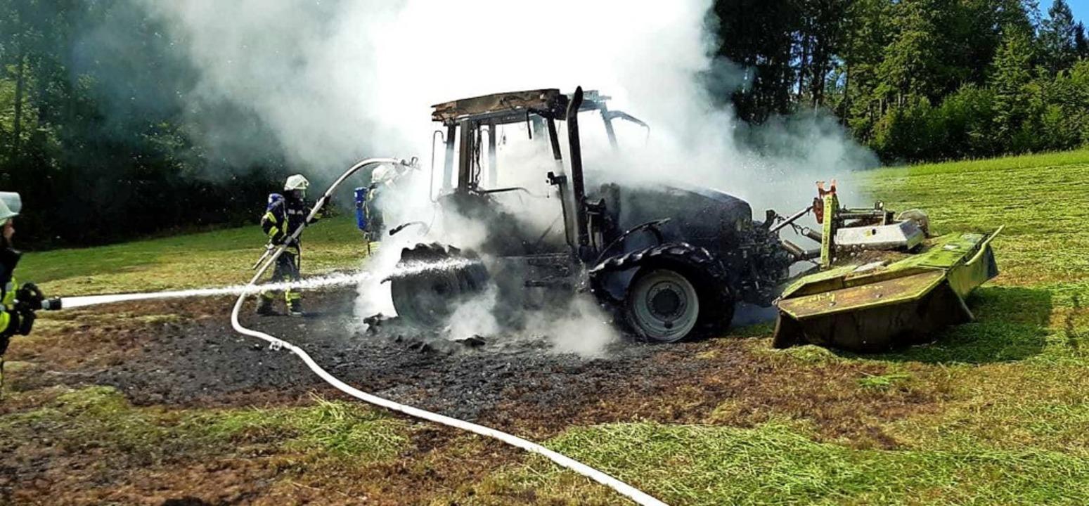 Bei Mäharbeiten war ein Traktor aus bi...r Ursache plötzlich in Brand geraten.     Foto: Berthold Meier