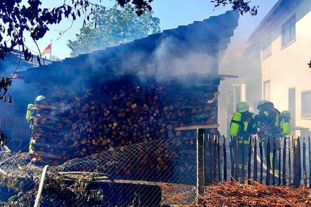 Flammen eines Schuppenbrandes sprangen...ehr Offenburg hatte einen Großeinsatz.  | Foto: Feuerwehr Offenburg