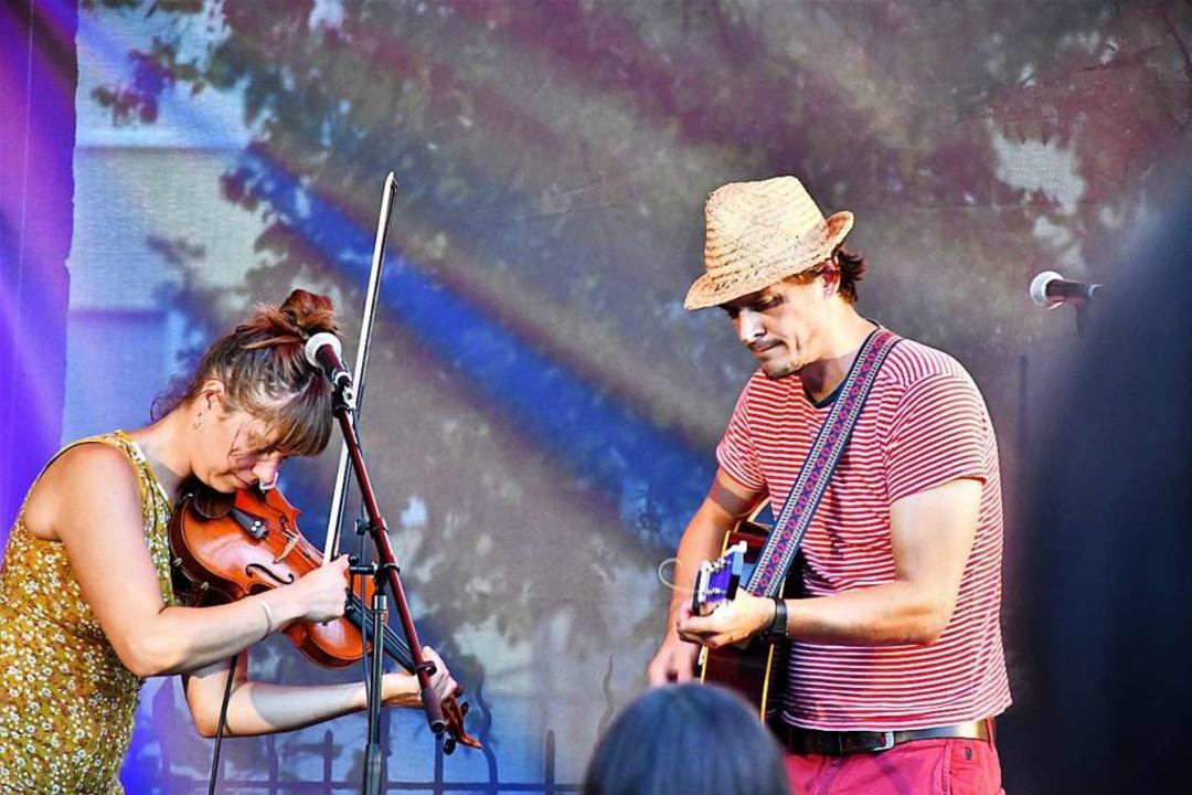 Ben Meech (rechts) und  Kilya Vogel-Buira beim Kultursommer im Nellie Nashorn.  | Foto: Barbara Ruda