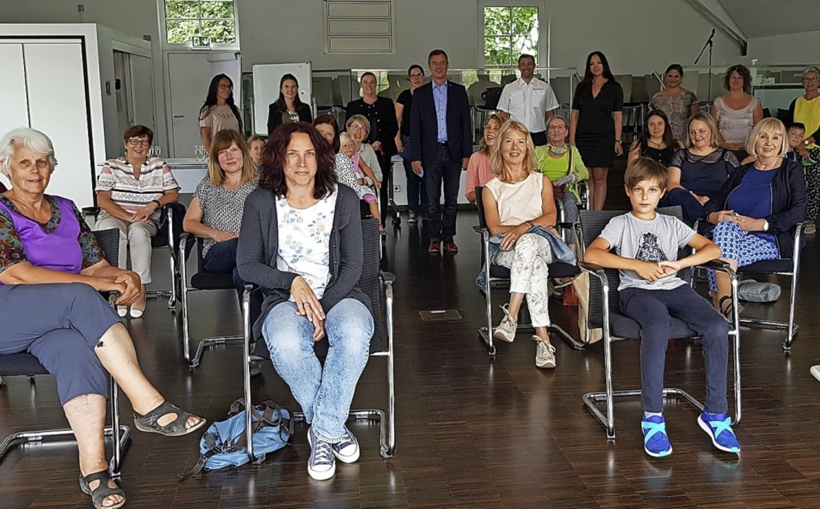 Mit Abstand: Bürgermeister Kieber (hinten Mitte) dankt fürs Maskennähen    Foto: Stadt Bad Krozingen
