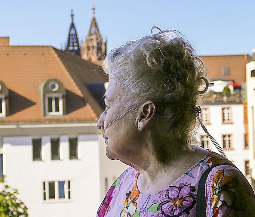 Edith Beck mit dem Schlauch ihres Sauerstoffgeräts integriert in die Frisur  | Foto: Dora Schöls