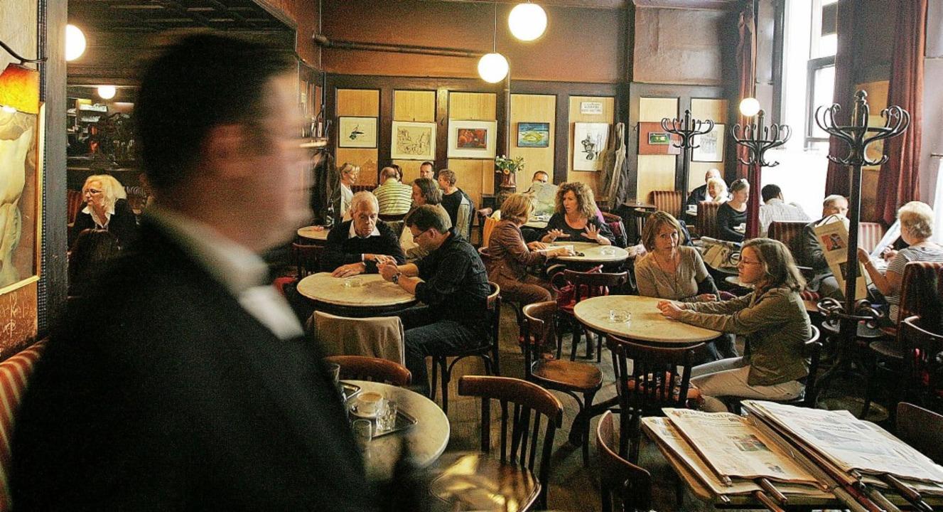 Am Cafétisch zu sitzen ist eine der Fo...ben ausmachen: das Wiener Café Hawelka    Foto: DIETER NAGL (AFP)