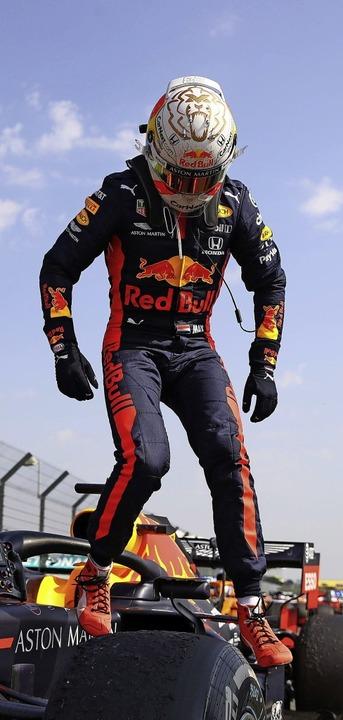 Die Erstbesteigung des Siegerautos in ...stappen auf seinem Red-Bull-Rennwagen   | Foto: BRYN LENNON (AFP)