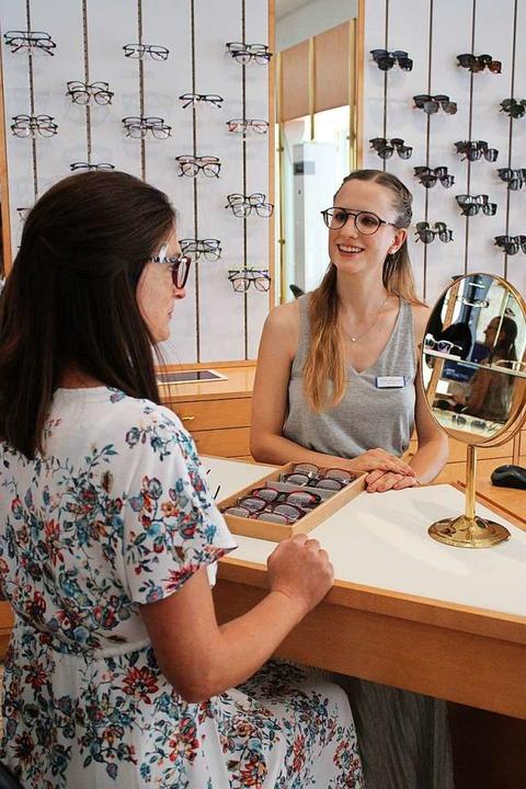 Evelyn Schweigert (rechts) sucht mit den Kunden nach der richtigen Brille.  | Foto: Annika Sindlinger